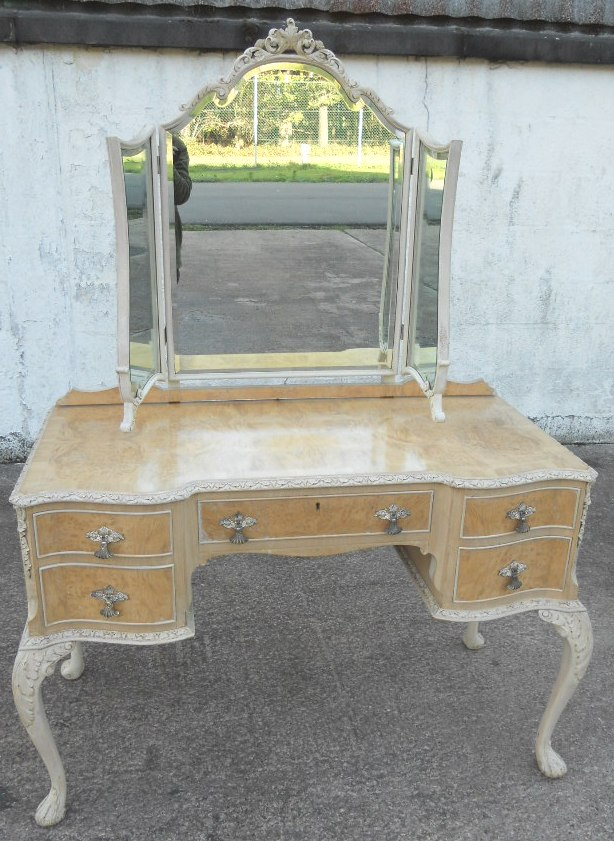 Queen Anne Bedroom Furniture On This Lovely Antique Queen Anne Style  Bleached Walnut Wood Bedroom Set